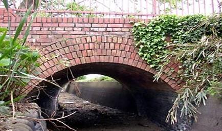 用水に架かる煉瓦製のアーチ橋(元鉄道橋)